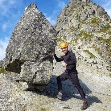 Zawsze z wielkim podziwem obserwujemy ludzi, którzy z tak ogromną pasją podchodzą do gór i wspinaczki, jak @iamgrabowski 🏔 Sporty ekstremalne to dla niego chleb powszedni, a przy okazji jest prawdziwym specjalistą! Czy w Was góry też wzbudzają tak ogromny podziw i szacunek?  #roughradical #rrazem #mountain #góry #polskiegóry #tatry #tatrywysokie #trening #wspinaczkagórska #wspinaczka