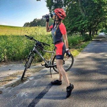 Krótka przerwa na podziwianie przyrody i łyk wody i dalej w drogę! 💧 Z naszym setem z kolekcji rowerowej to nie takie trudne, a jazda to sama przyjemność - @fit_stylem_bycia  coś o tym wie ;) A jaki napój najczęsciej znajduje sie w Waszym bidonie? Co polecacie innym rowerzystom?  #roughradical #rrazem #trening #rower #bike #rowelove #kolarstwo #bikerride #cyclinglife