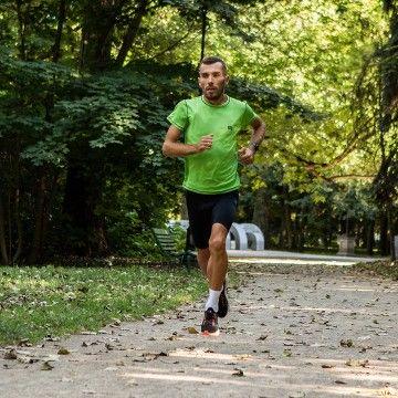 Czy można bardziej kochać sport od @bartektrenuje, który całym swoim życiem pokazuje, że bieganie to jego największa pasja? Potrafi nią zarazić nawet najmłodszych! Jego ogromna wiedza na temat technik i sposobów biegania to niewyczerpane źródło wiedzy. Bartek dzieli się nią także na blogu Rough Radical, zachęcamy do zapoznania się z jego wpisami i złapania biegowego bakcyla  #runradical #motivation #gymmotivation #gymwear #rrazem #trening #newcollection #nowakolekcja #nowości #sport #activewear #sportoutfit